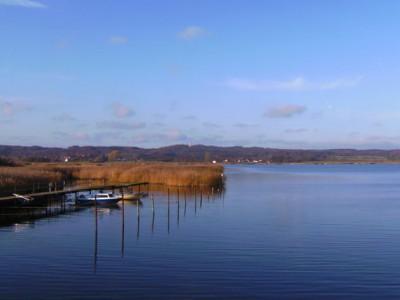 Blick auf das Jagdschloss und den Neuensiener See in Seedorf auf Rügen