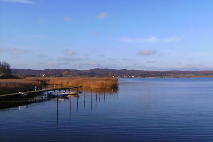 Blick auf den Neuensiener See und das Jagdschloss in Seedorf auf Rügen